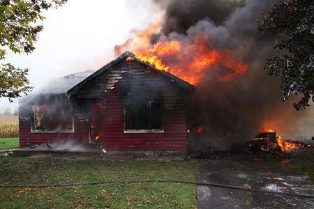 Verlaten huis in de vlam, huis is nog maar vlammen zijn overal