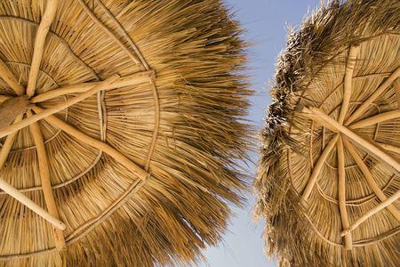 Uitzicht vanaf het kader van een palapa, op een strand resort