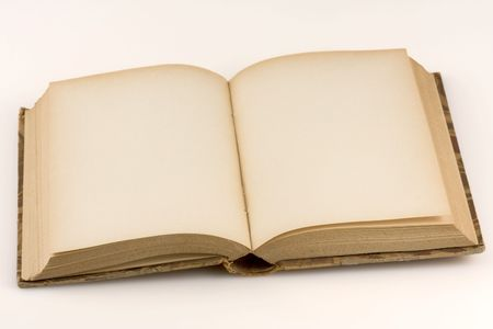 Close-up shot van een open antieke boek, op witte achtergrond Stockfoto