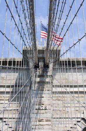 Amerikaanse vlag op de top van de Brooklyn Bridge in New York City