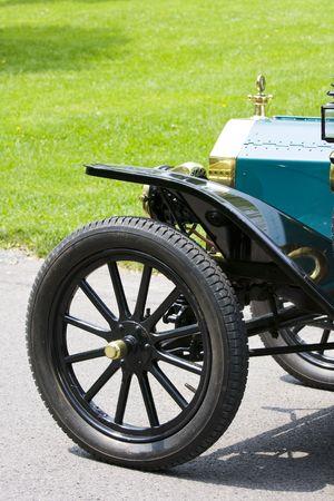 Gedeeltelijke vooraanzicht (wiel en vleugel) van een antieke auto