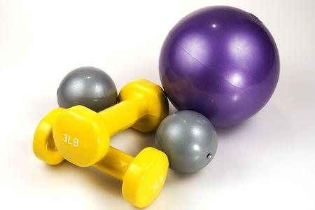 Close-up shot van drie ballen geneeskunde en twee gewichten tillen