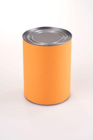 Close-up shot van een tinnen kan met fel oranje etiket