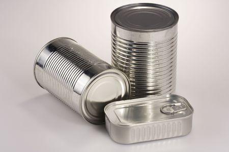 Assortiment van verschillende zilver tin kan, zonder labels