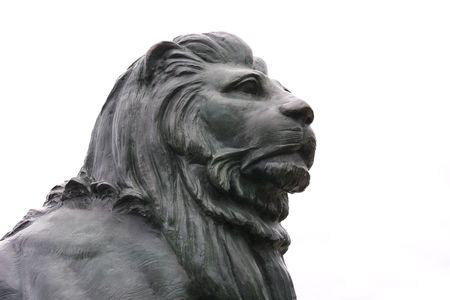 Bronzen standbeeld van een leeuwenkop op witte achtergrond