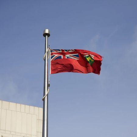 Ontario vlag op een helder blauwe hemel