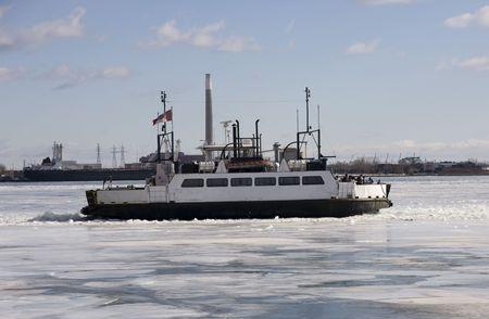 Icebreaker schip zal door het ijs van een bevroren meertje Stockfoto