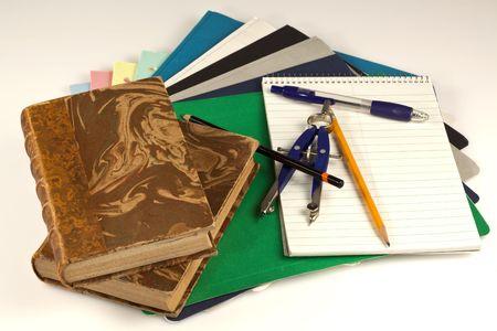 Close-up van schoolbenodigdheden, boeken, papier, pennen, schuifmaat