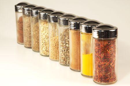 Diverse specerijgewassen potten, in lijn