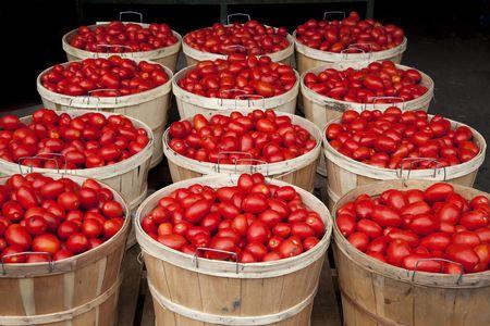 Negen manden volledige verse tomaten op de markt