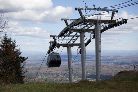 Skilift die gebruikt wordt voor trekkers op de top van de berg in de herfst