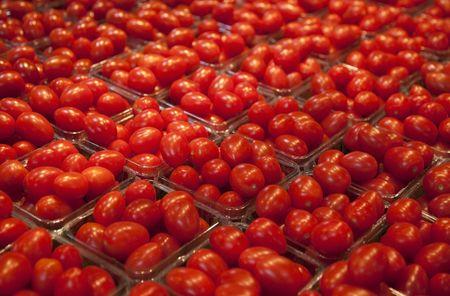 Kleine manden van cherry tomaten te koop op de lokale markt