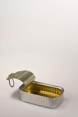 Close-up van een open sardine kunt; de kan is schoon en het deksel is