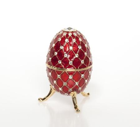 Een juweel rode ei met waardevolle gemmen en stenen Stockfoto