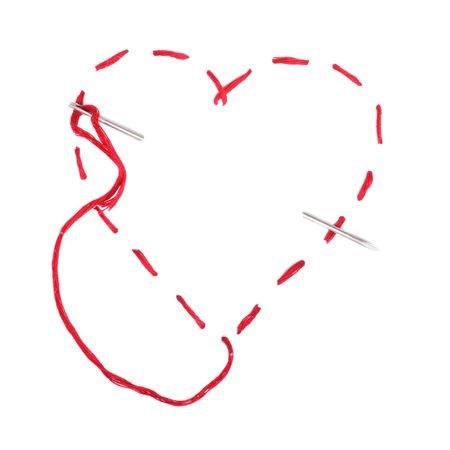 Aguja con un hilo rojo. Corazón en un documento