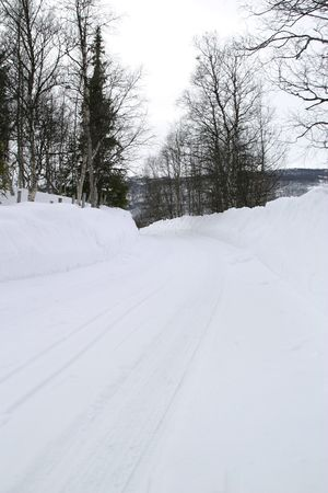 road in winter: Inverno strada con un sacco di neve