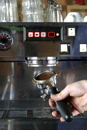 baionetta: Caricamento in corso la baionetta nella macchina espresso professionale.  Archivio Fotografico