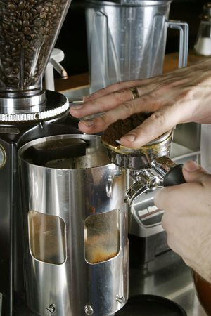 baionetta: Leveling il motivo espresso su una baionetta a bere un caff� espresso Archivio Fotografico