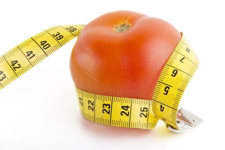 テープ メジャーに包まれたトマト