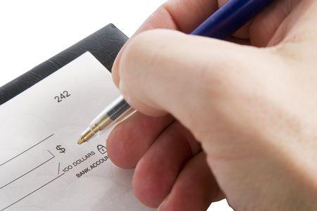 dinero falso: Una parte masculina rellenar el importe en un cheque. Aislado en blanco.