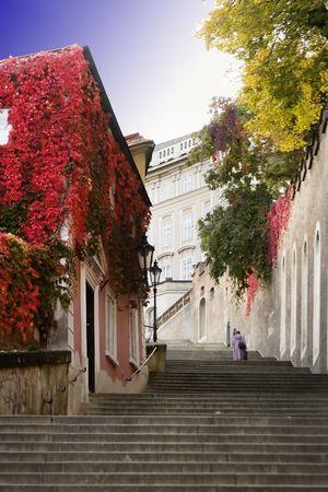 Niewielka ulica skinny szczegółowo w obszarze starego miasta Praga, Czechy. Zdjęcie Seryjne