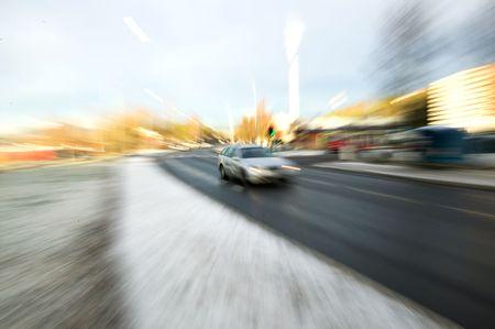 distort: Zoom imagen borrosa de un coche por exceso de velocidad en una carretera urbana