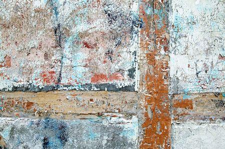 despacio: Pintura gruesa y parche que pelan lentamente de y que se agrietan en un edificio antiguo de madera, del ladrillo y del yeso.