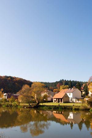 vetical: Una pintoresca ca�da reflejo de una pintoresca aldea europea