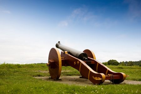 fredrikstad: An old canon on a grass filled hill