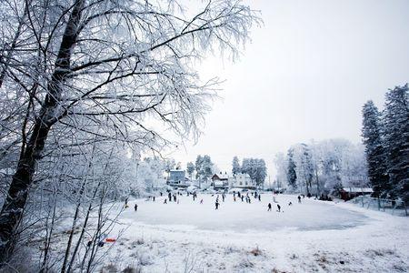 patinaje: Un grupo de personas para patinar sobre una pista de patinaje local  Foto de archivo