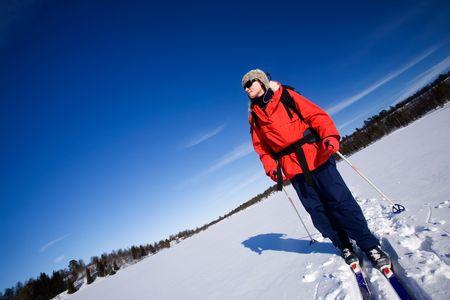 cross country: Una mujer esqu� de fondo a trav�s de un lago congelado