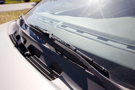 ruitenwisser: Een ruitenwisser detail op een auto Stockfoto