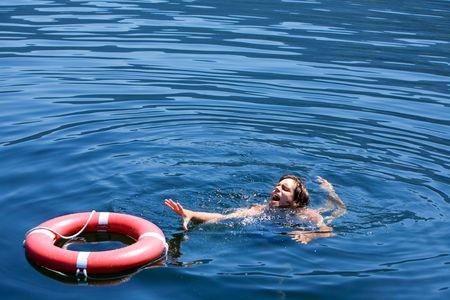 ahogarse: Un hombre que luchan por una vida de boyas en el agua