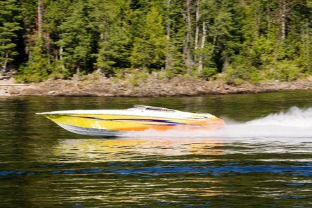 Een speedboat op een meer - motie blut op de achtergrond met de scherpe boot Stockfoto