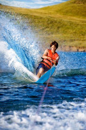 skieer: Een man waterskiën op een meer