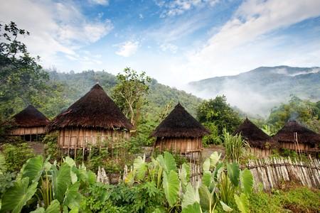 Nuova Guinea: Una capanna tradizionale indonesiano in un villaggio di montagna Archivio Fotografico