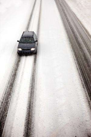 precipitaci�n: Un autom�vil que viajaban en una tormenta de nieve Foto de archivo