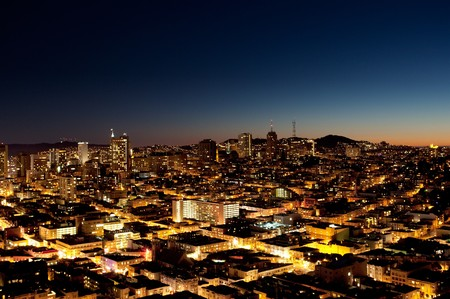 aerial: Una veduta di una citt� di notte con un tramonto all'orizzonte - San Jose Archivio Fotografico
