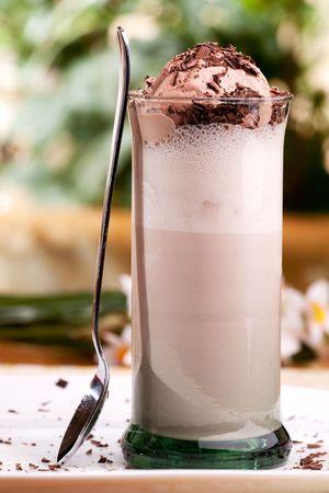 Un chocolate con leche flotan en un entorno natural al aire libre