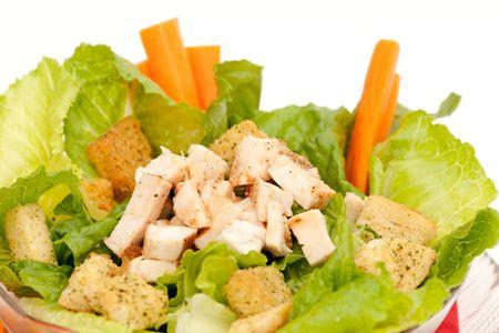 白い背景に分離された鶏シーザー サラダ
