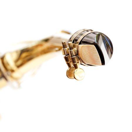 soprano saxophone: Un detalle de una boquilla de saxo aisladas en blanco Foto de archivo