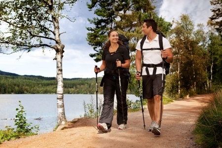 Una pareja caminando por sendero con mochilas Foto de archivo