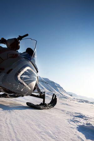 nieużytki: Skuter szczegółowo na surowym krajobrazie zimowym Zdjęcie Seryjne