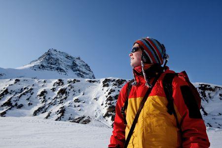 aventurero: Un retrato de un aventurero femenino contra un paisaje de monta�a