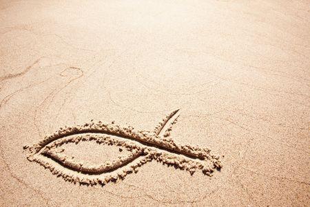 pez cristiano: Un s�mbolo de peces en el dibujado en la arena  Foto de archivo