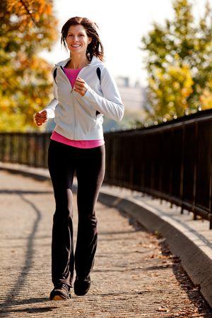 ジョグ: 公園内のパスでジョギング若い女性