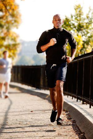 an active: Un afroamericano footing en un parque en la ma�ana  Foto de archivo