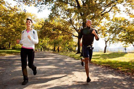 central: Dos corredores en un parque con un leve movimiento de desenfoque