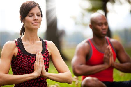 平和公園で瞑想の人々 のグループ