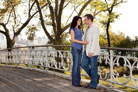 Una pareja de enamorados en el Parque Foto de archivo - 5898377